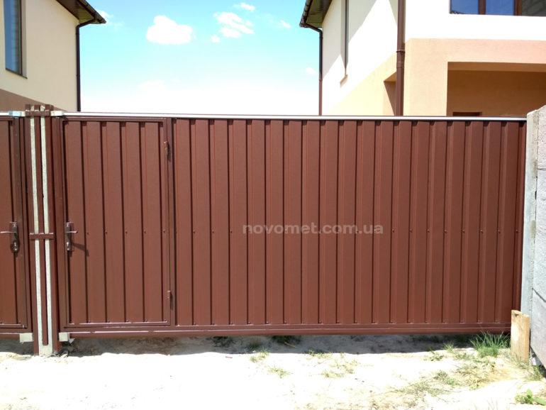 Откатные ворота с профнастила, со встроенной калиткой, размер 3900(ш)*2000(в)